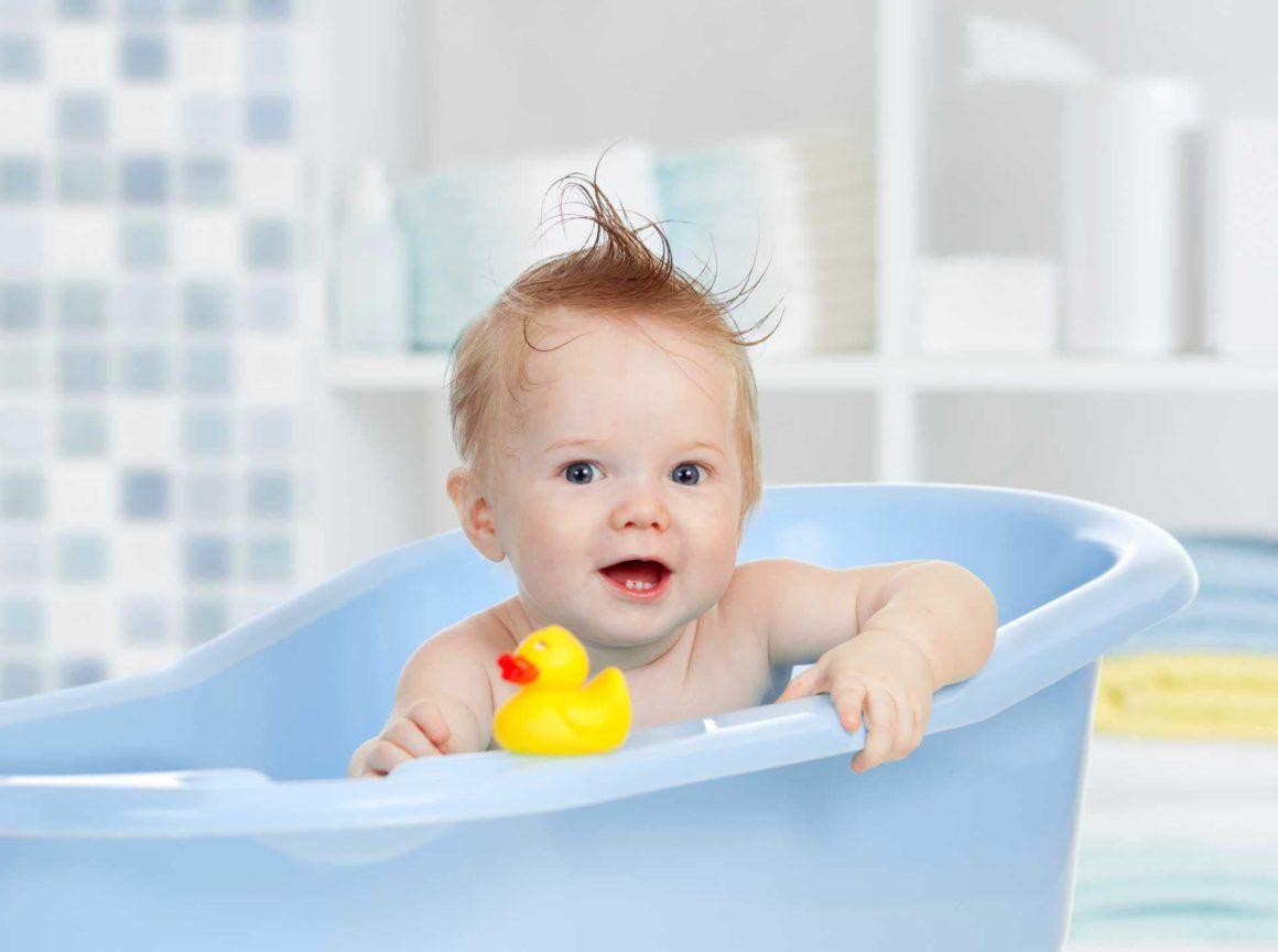 Bébé dans une baignoire