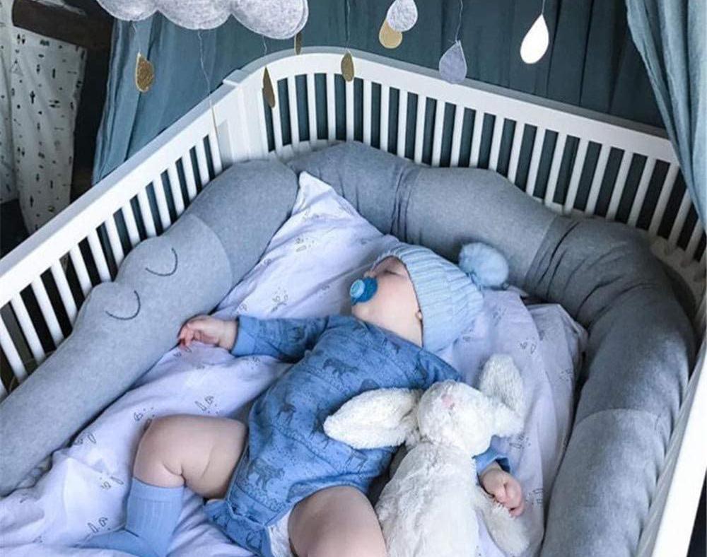 Tour de lit bébé garçon en forme de crocodile de Raillonch